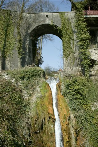 Der sogenannte Bruusch ist der Wasserfall unterhalb des Schlosses.