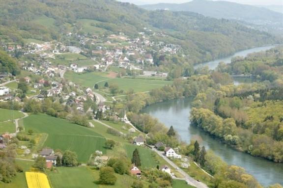 Das Bild von Biberstein wie es nicht besser sein könnte mit der Aare, dem Siedlungsraum und dem anschliessenden Naherholungsgebiet am Jurasüdfuss.